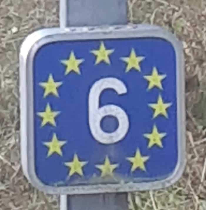 Das Zeichen für die EuroVelo 6 Route